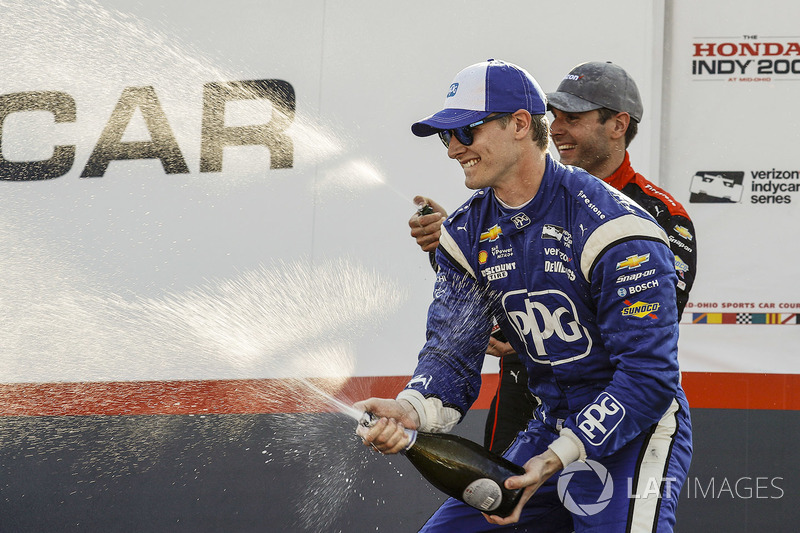 Ganador de la carrera Josef Newgarden, Team Penske Chevrolet, segundo lugar Will Power, Team Penske Chevrolet