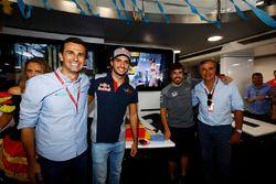 Pedro de la Rosa, Carlos Sainz Jr., Scuderia Toro Rosso y Fernando Alonso, McLaren, celebran su cump