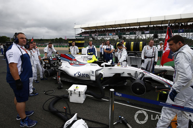 El equipo Williams prepara el coche de Lance Stroll, Williams FW40