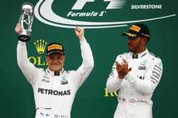 Il vincitore Lewis Hamilton, Mercedes AMG F1, appalude il secondo classificato Valtteri Bottas, Mercedes AMG F1