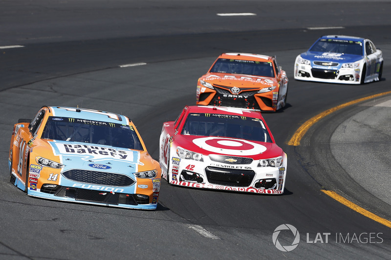 Clint Bowyer, Stewart-Haas Racing Ford, Kyle Larson, Chip Ganassi Racing Chevrolet