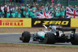 Lewis Hamilton, Mercedes AMG F1 W08, salue la foule après sa victoire