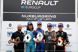 Podio: il vincitore della gara Robert Shwartzman, Josef Kaufmann Racing, Max Defourny, R-ace GP, Sac
