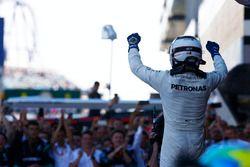 Le vainqueur Valtteri Bottas, Mercedes AMG F1