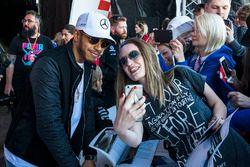 Lewis Hamilton, Mercedes AMG F1 fait un selfie avec des fans