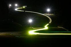 Gece antrenman seansında araç ışıkları