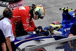 Sebastian Vettel, Ferrari remercie Pascal Wehrlein, Sauber C36 de l'avoir pris en stop