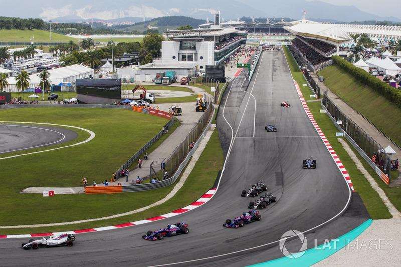 Формовочне коло: Ленс Стролл (Williams FW40 Mercedes), Карлос Сайнс-мол. (Toro Rosso STR12 Renault) та П'єр Гаслі (Toro Rosso STR12 Renault)
