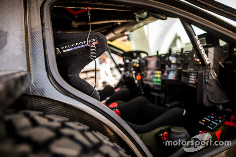 El equipo Peugeot ultimando los preparativos del Rally de Marruecos