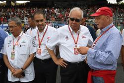 Неисполнительный директор Mercedes Ники Лауда, руководитель автодрома «Сепанг» Тан Шри Азман и премь
