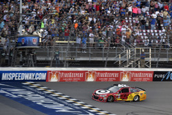 Kyle Larson, Chip Ganassi Racing Chevrolet takes the checkered flag, the win