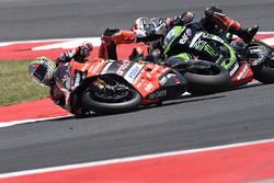 Chute de Chaz Davies, Ducati Team, et Jonathan Rea, Kawasaki Racing