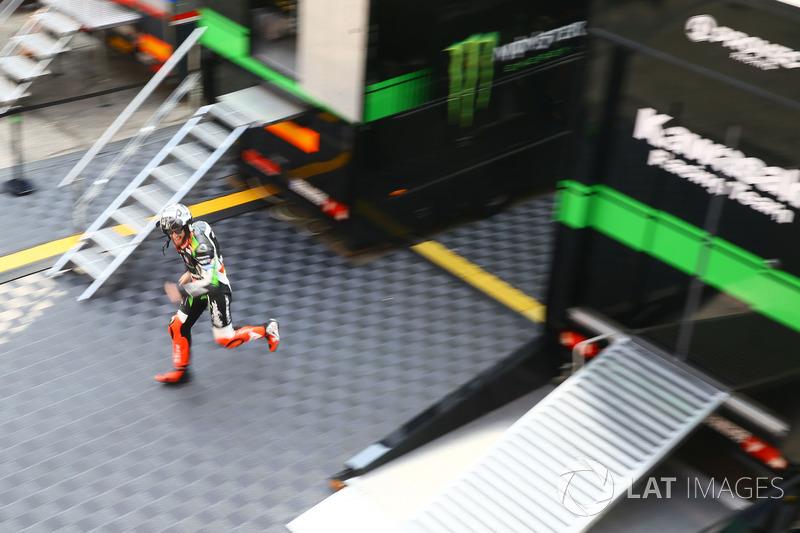 Tom Sykes, Kawasaki Racing running into garage
