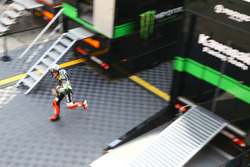 Tom Sykes, Kawasaki Racing running into garage