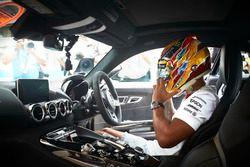 Гонщик Mercedes AMG F1 Льюис Хэмилтон за рулем Mercedes AMG GT S