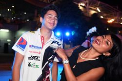 Победитель гонки Ф4 Даниэль Фрост со своей матерью Жасмин