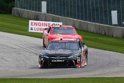 Christopher Bell, Joe Gibbs Racing Toyota e Justin Allgaier, JR Motorsports Chevrolet