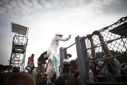 Le vainqueur Lewis Hamilton, Mercedes AMG F1, fête sa victoire avec les fans