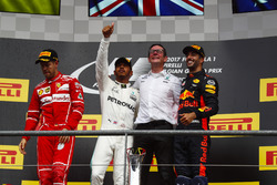 Podium : le deuxième, Sebastian Vettel, Ferrari, le vainqueur Lewis Hamilton, Mercedes AMG F1, Andrew Shovlin, ingénieur de course en chef, Mercedes AMG F1, le troisième, Daniel Ricciardo, Red Bull Racing