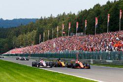 Fernando Alonso, McLaren MCL32, en lutte avec Nico Hulkenberg, Renault Sport F1 Team RS17, Esteban Ocon, Sahara Force India F1 VJM10