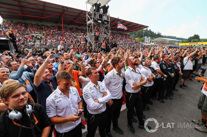 I meccanici del team Mercedes AMG F1 festeggiano nel parco chiuso