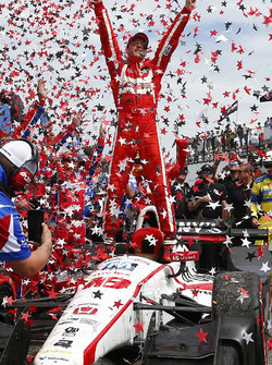 Sébastien Bourdais, Dale Coyne Racing Honda, celebrates his win in Victory Lane