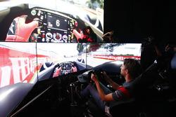 Гонщик Haas F1 Team Ромен Грожан за рулем симулятора