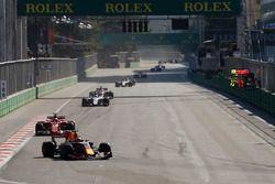 Max Verstappen, Red Bull Racing RB13, Kimi Raikkonen, Ferrari SF70H, Felipe Massa, Williams FW40 et Esteban Ocon, Sahara Force India F1 VJM10