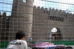 Sergio Perez, Sahara Force India observe Esteban Ocon, Sahara Force India VJM10 après son accident