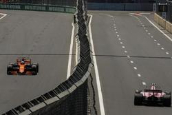 Fernando Alonso, McLaren MCL32 e Esteban Ocon, Sahara Force India VJM10
