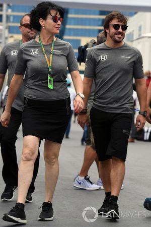 Fernando Alonso, McLaren yu Silvia Hoffer Frangipane, encargada de prensa de McLaren