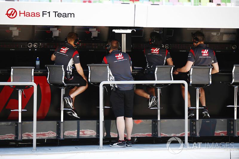 Il team Haas F1 Team team al muretto box