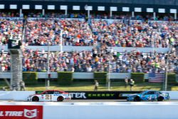 Ryan Blaney, Wood Brothers Racing Ford, Kevin Harvick, Stewart-Haas Racing Ford checkered flag