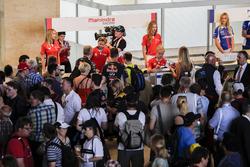 Nick Heidfeld, Mahindra Racing, e Felix Rosenqvist, Mahindra Racing firmano autografi all'eVillage
