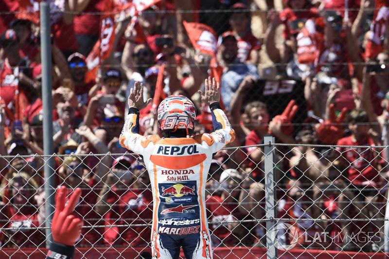 Marc Marquez merayakan finis kedua di hadapan fansnya