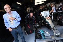 Patrick Stewart, en el garaje de Mercedes AMG F1