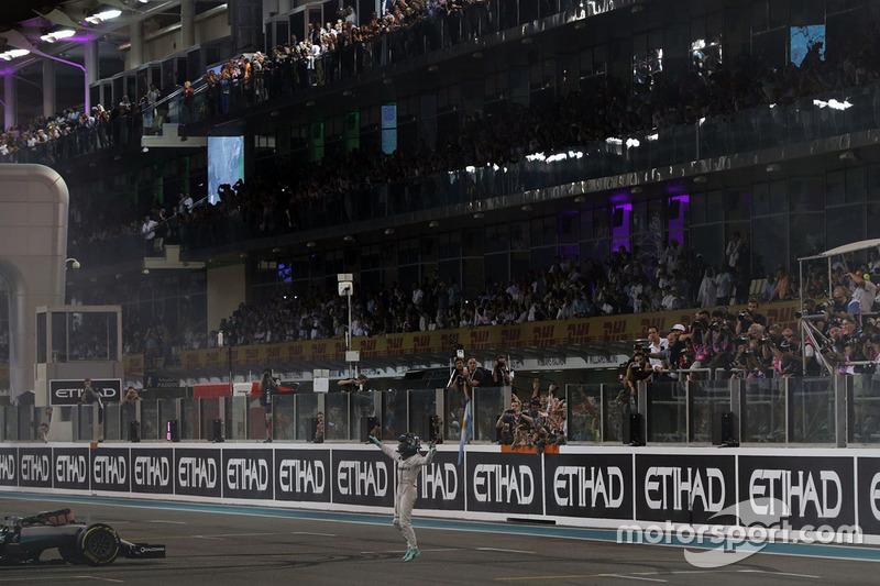 Nico Rosberg, Mercedes AMG F1 festeggia il suo secondo posto e il Campionato del Mondo alla fine della gara