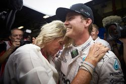 Nico Rosberg, Mercedes AMG F1 celebrates his World Championship with his mother Sina Rosberg