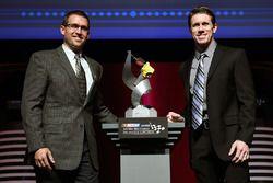Eric Suro, Ingersoll Rand, y Carl Edwards, Joe Gibbs Racing Toyota posan con el premio Ingersoll Ran
