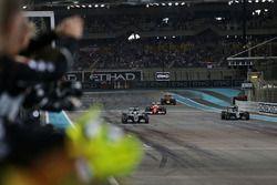 Zielflagge für Sieger Lewis Hamilton, Mercedes AMG F1 W07 Hybrid mit Weltmeister Nico Rosberg, Merce