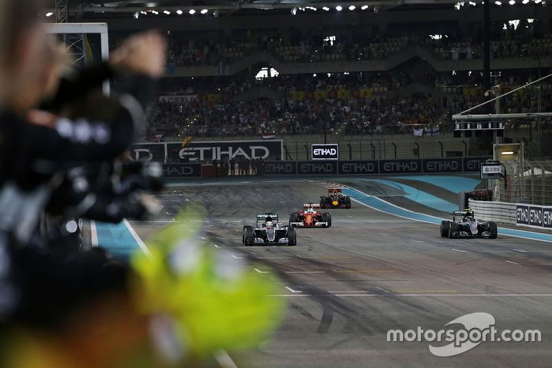 Um daqueles momentos em que vencer não é o suficiente. Hamilton cruza em primeiro, mas é Rosberg, que chega em segundo, que celebra mais.