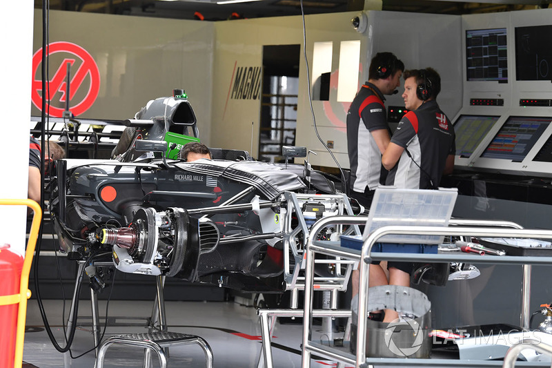 Автомобиль Haas VF-17 в гараже
