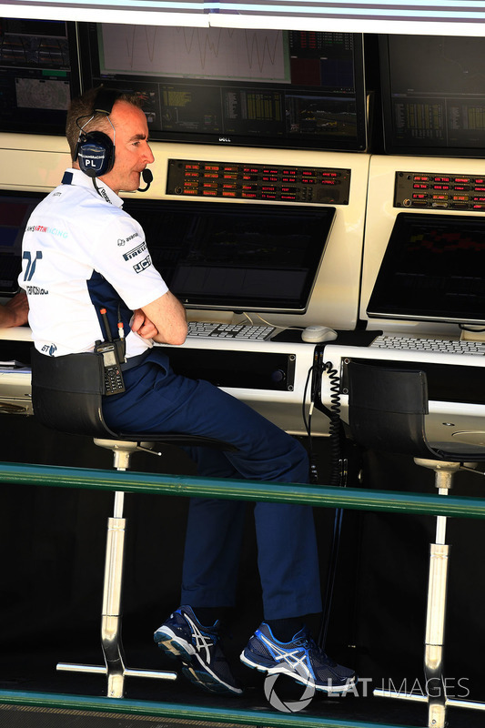 Paddy Lowe, Williams accionista y Director técnico en el pórtico de la pared de boxes