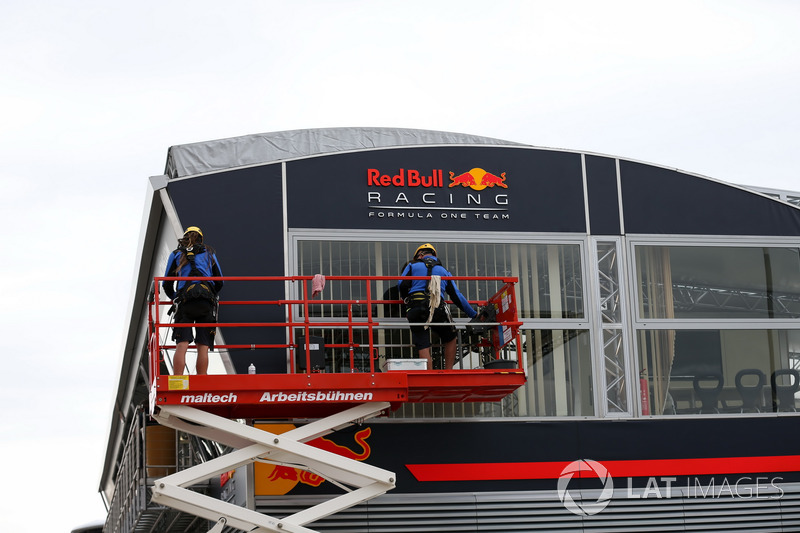 Arbeiten am Motorhome: Red Bull Energy Station