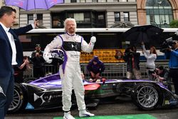 Richard Branson poseert met de DS Virgin Racing Spark