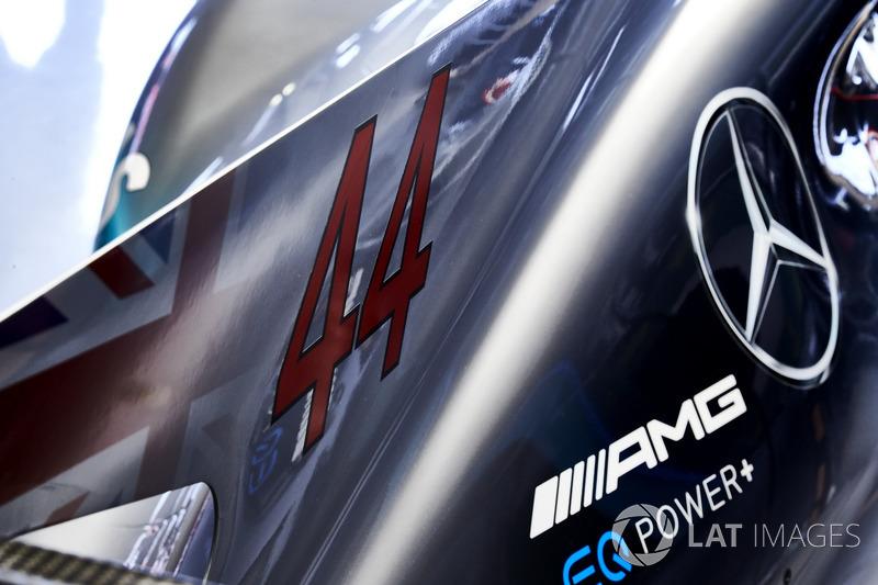 La cubierta del motor en el coche de Lewis Hamilton, Mercedes AMG F1 W08