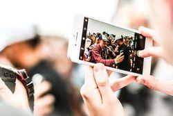 En un teléfono Lewis Hamilton, Mercedes AMG F1 firma de autógrafos para los fans