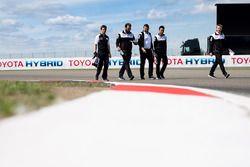 Anthony Davidson, Kazuki Nakajima, Toyota Gazoo Racing, pendant la reconnaissance de la piste