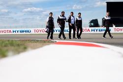 Anthony Davidson, Kazuki Nakajima, Toyota Gazoo Racing, durante il track walk