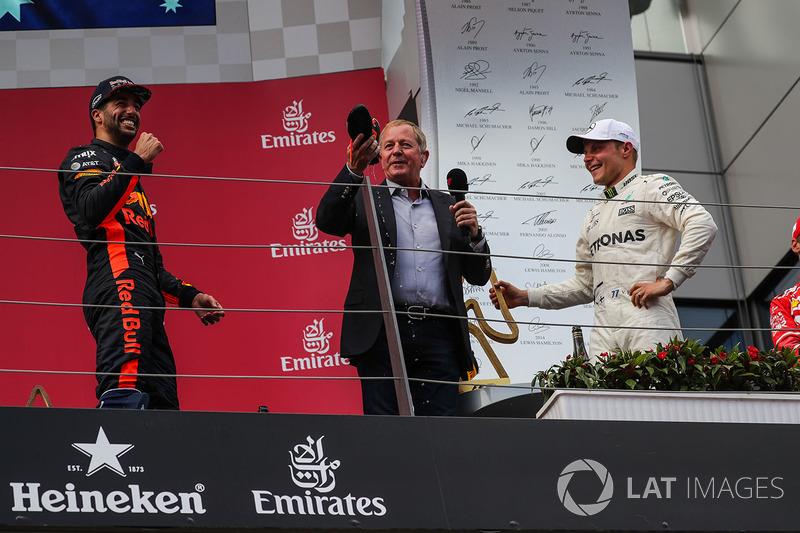 Подіум: переможець гонки гонки Валттері Боттас, Mercedes AMG F1, третє місце Даніель Ріккардо, Red Bull Racing, Мартін Брандл, Sky TV